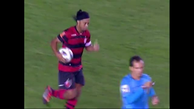 Gol do Flamengo! Ronaldinho recebe na pequena área e finaliza, aos 28 do 1º tempo