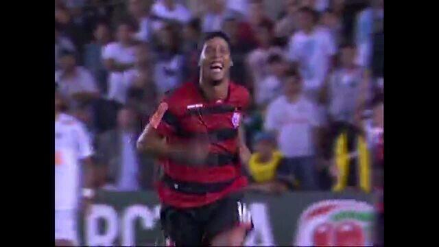 Gol do Flamengo! Ronaldinho cobra falta por baixo da barreira e marca, aos 22 do 2º tempo
