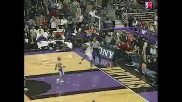 A enterrada de Vince Carter, estilo moinho de vento, contra os Bucks, em 2000