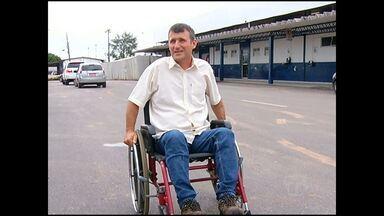 Falta equipamento adequado para transporte até o avião. Passageiros que utilizam cadeira de rodas são carregados até a aeronave.
