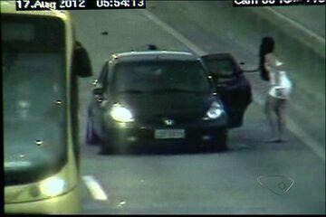 Nc¹ -  Estudante que tentou 'fumar dinheiro' será indiciada, diz delegado do ES  Câmeras de monitoramento da 3ª Ponte registraram a jovem dirigindo. - Primeiro em Noticias - Castilho -