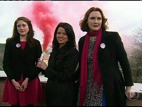 Fumaça rosa: ativistas fazem protestos no Vaticano