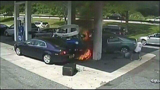 G1 - Policial salva motorista após <b>carro</b> bater em <b>posto</b> e pegar <b>...</b> 2014