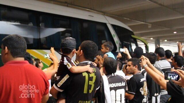 http://globotv.globo.com/rede-amazonica-am/globo-esporte-am/v/torcedores-recepcionam-o-botafogo-no-aeroporto-de-manaus/3686257/