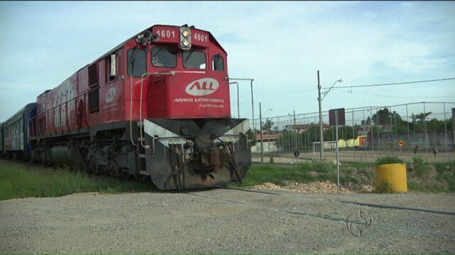 Linha de trem corta rua e causa problemas para moradores de Pinhais