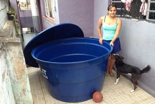 Fam lia compra caixa d gua para armazenar gua da chuva em sp for Recuperar agua piscina verde