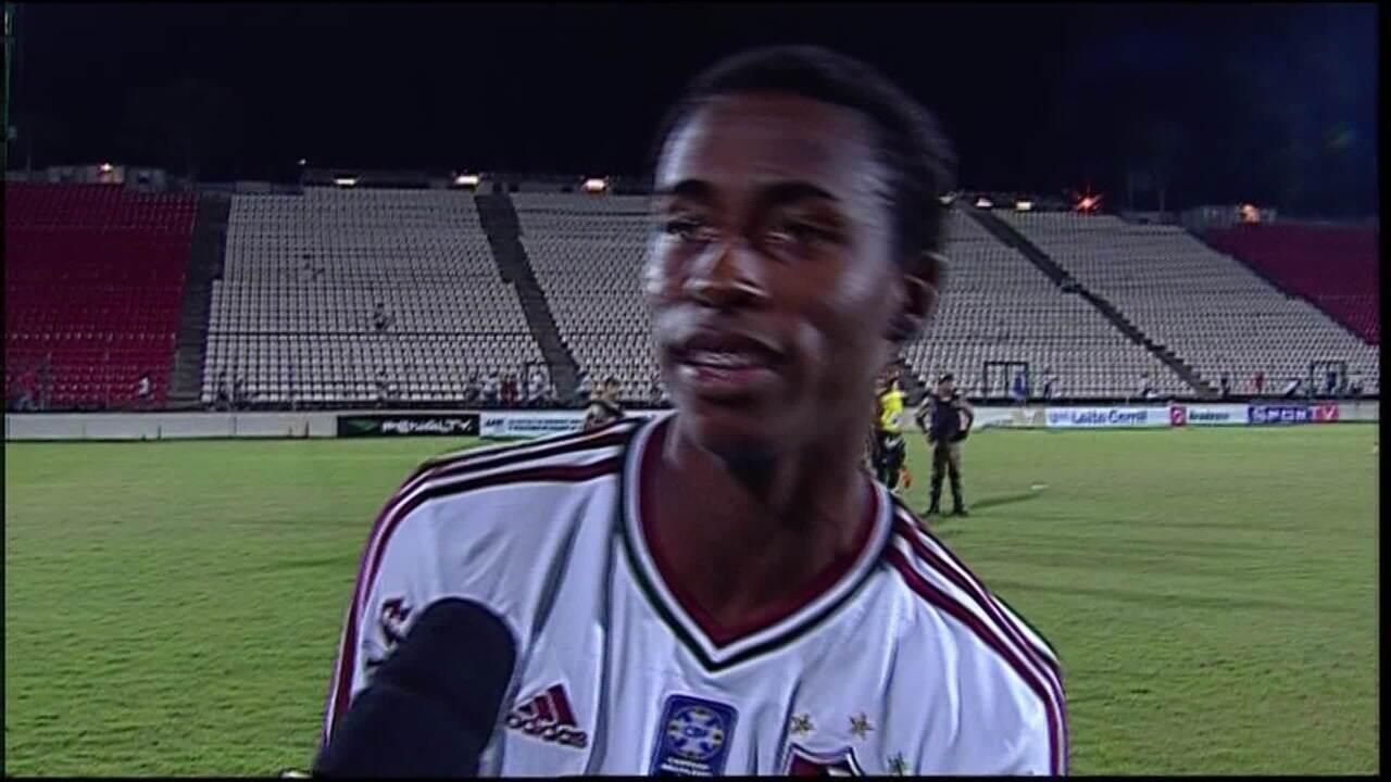Denílson, na base do Fluminense, explica por que abraçou árbitro na Taça BH