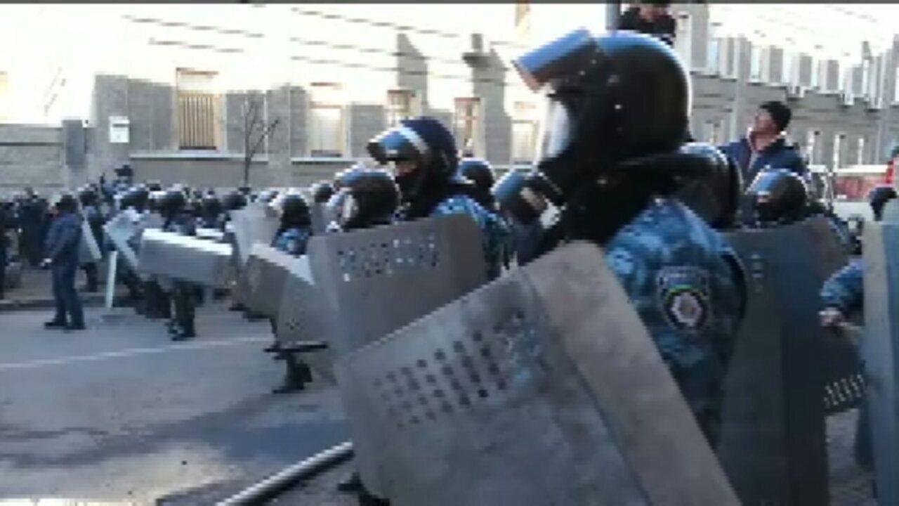 Confrontos entre manifestantes e policiais deixa três mortos na Ucrânia - GloboNews – Jornal GloboNews - Catálogo de Vídeos