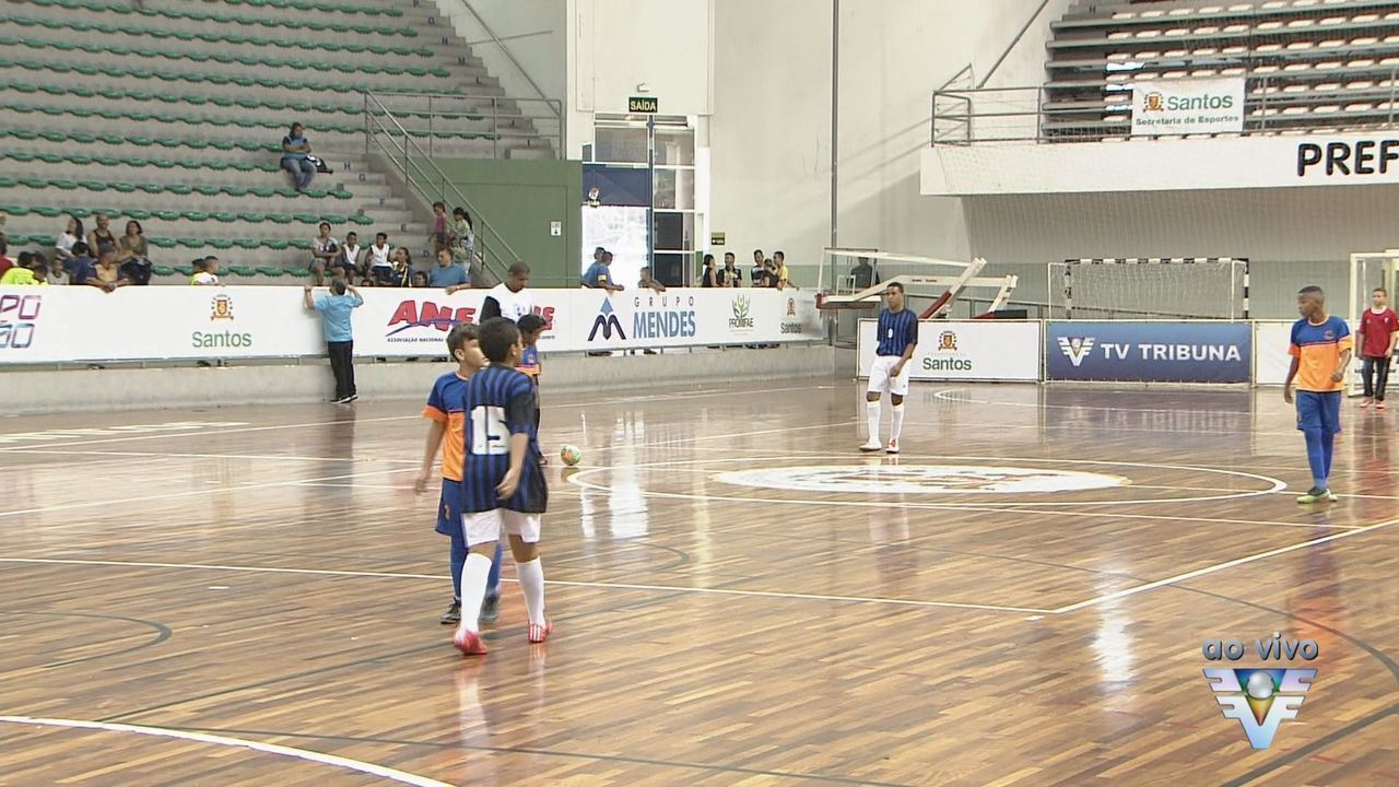 Confira os placares dos primeiros jogos da Copa Tv Tribuna de Futsal  Escolar - G1 São Paulo - Vídeos - Catálogo de Vídeos aed22e3e73f45