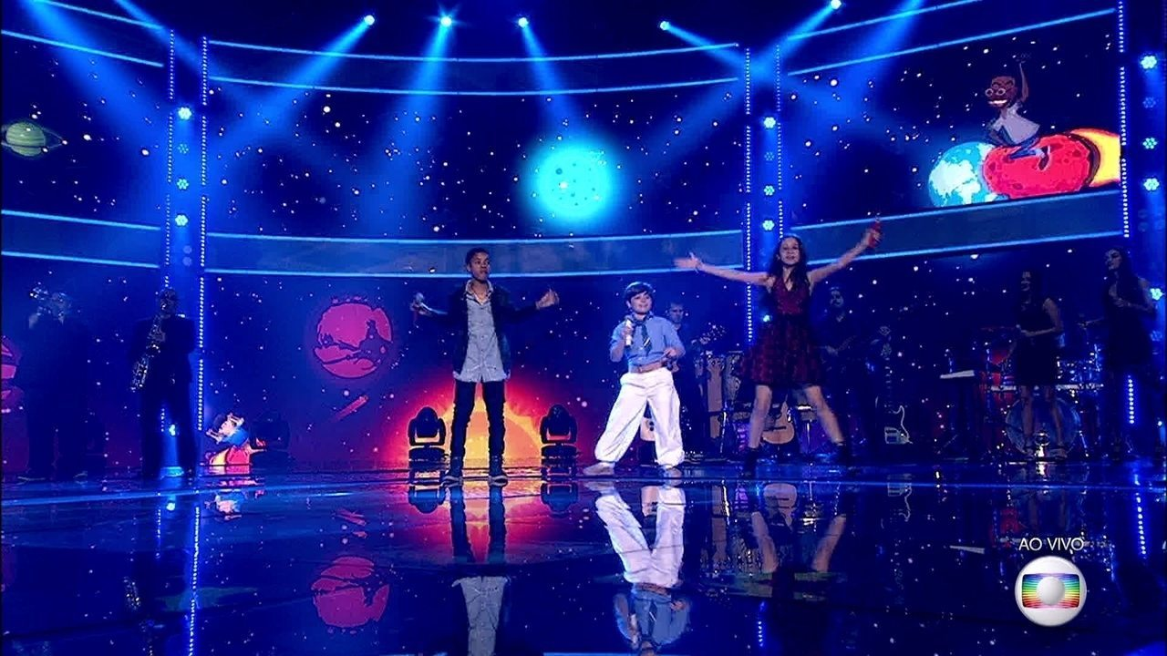 Trio finalista do 'The Voice Kids' canta junto e empolga a plateia