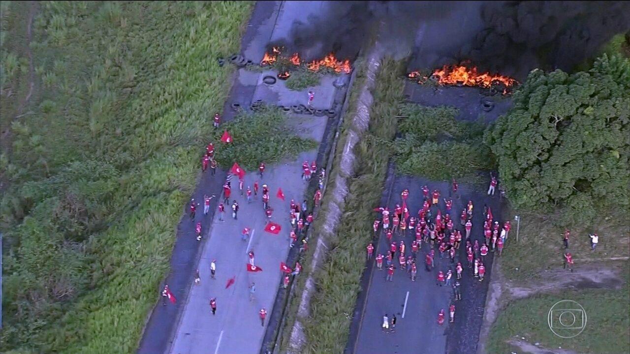 Protestos e transportes parados marcam a greve geral em várias cidades