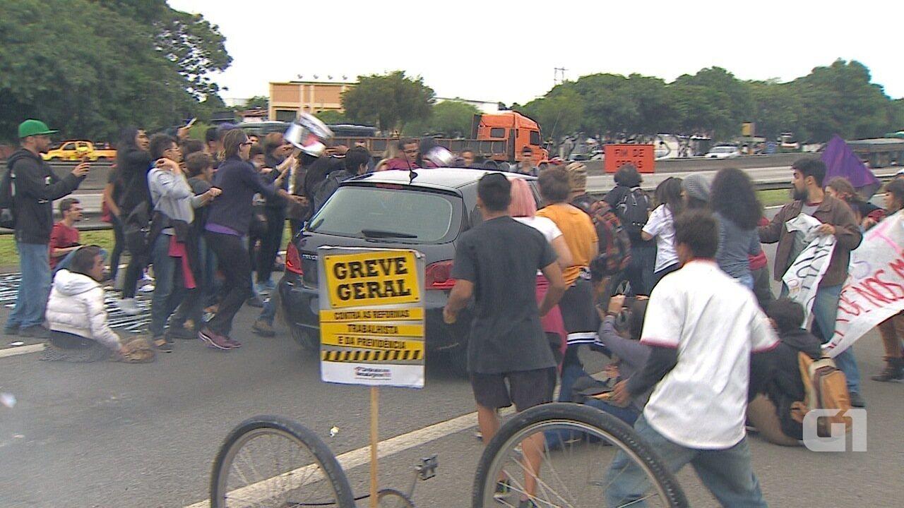 Resultado de imagem para Motorista fura bloqueio na Dutra e atropela manifestantes em São José; veja