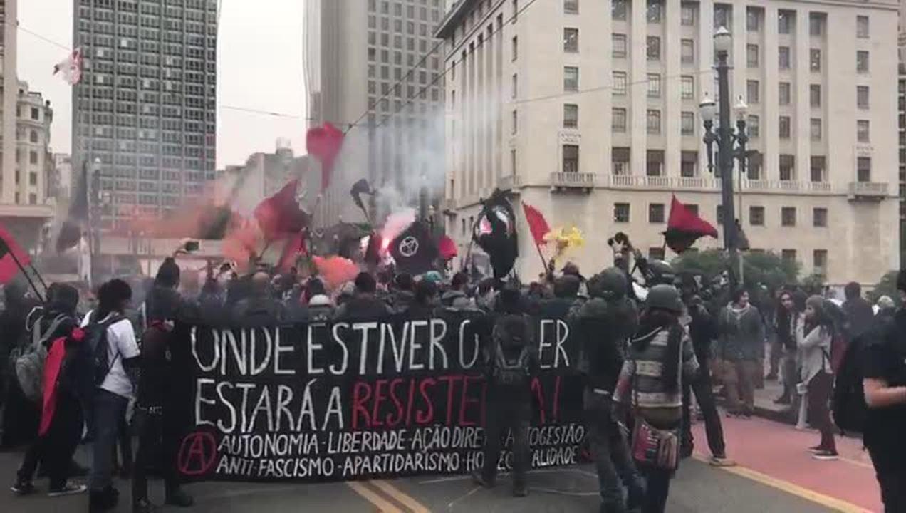 Manifestantes caminham da Praça da Sé até o Viaduto do Chá no Centro de São Paulo