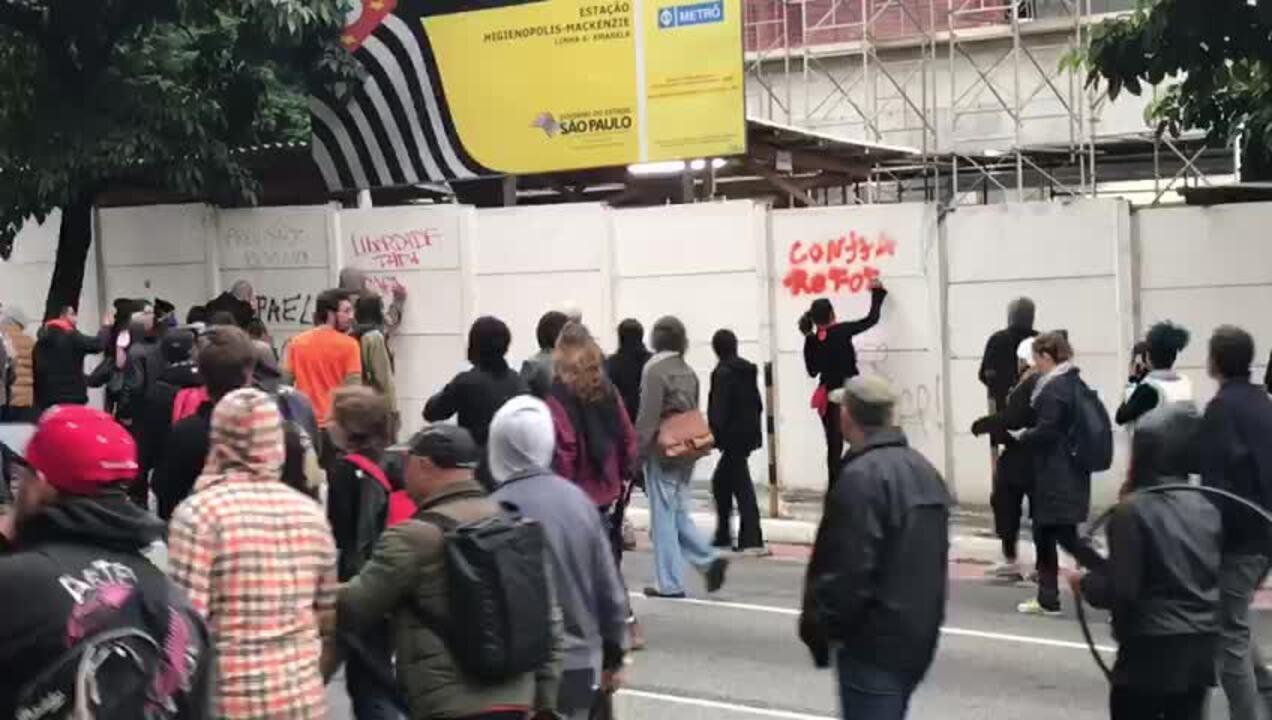 Manifestantes picham muro de obra do Metrô na Rua da Consolação, em SP