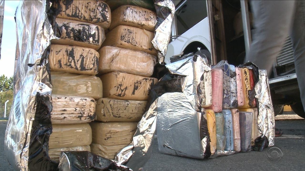 Mais de 200kg de cocaína escondidos em fundo falso de ônibus são apreendidos