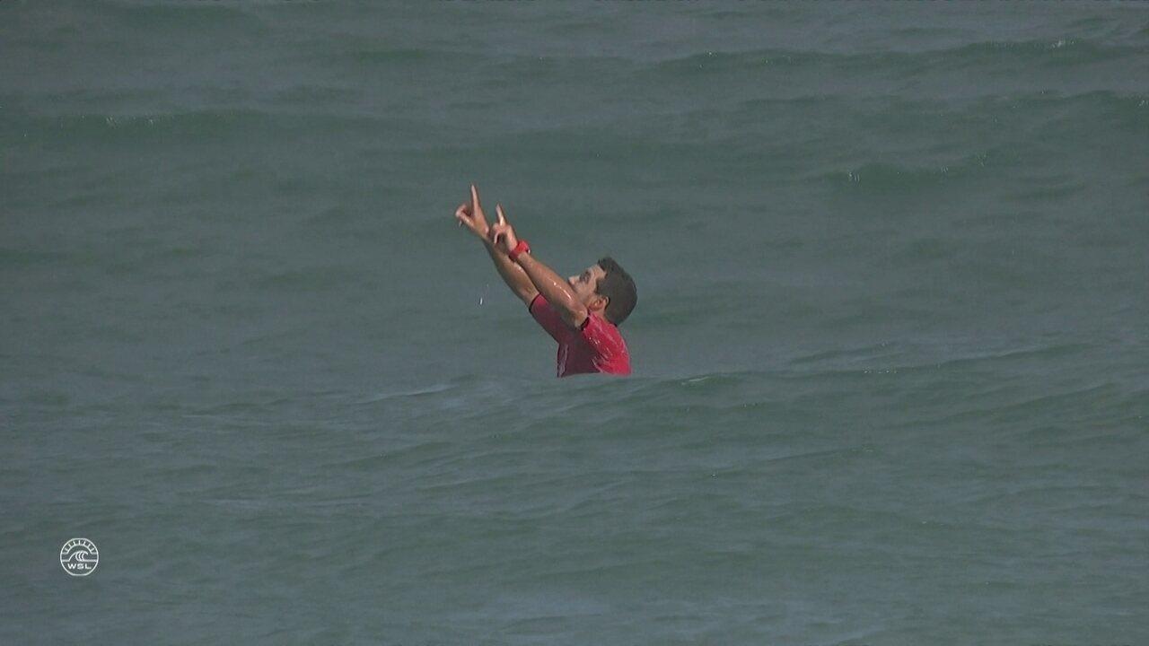 Ainda no mar, Mineirinho comemora muita a conquista da etapa de Saquarema