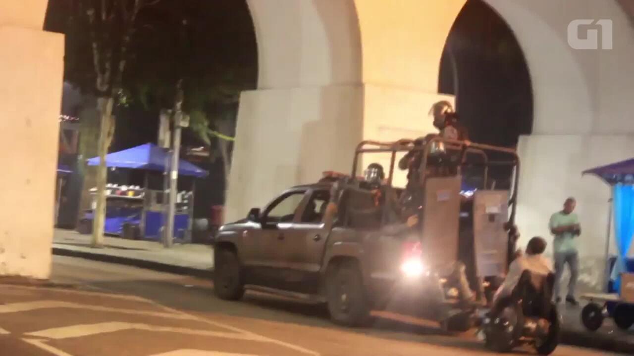 Resultado de imagem para Carro da PMs derruba cadeirante em manifestação na Lapa