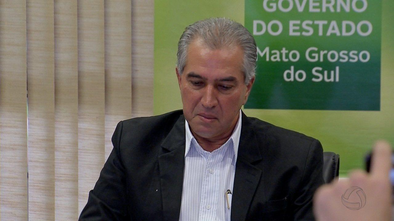 Governador de MS chora durante coletiva sobre citação na delação da JBS