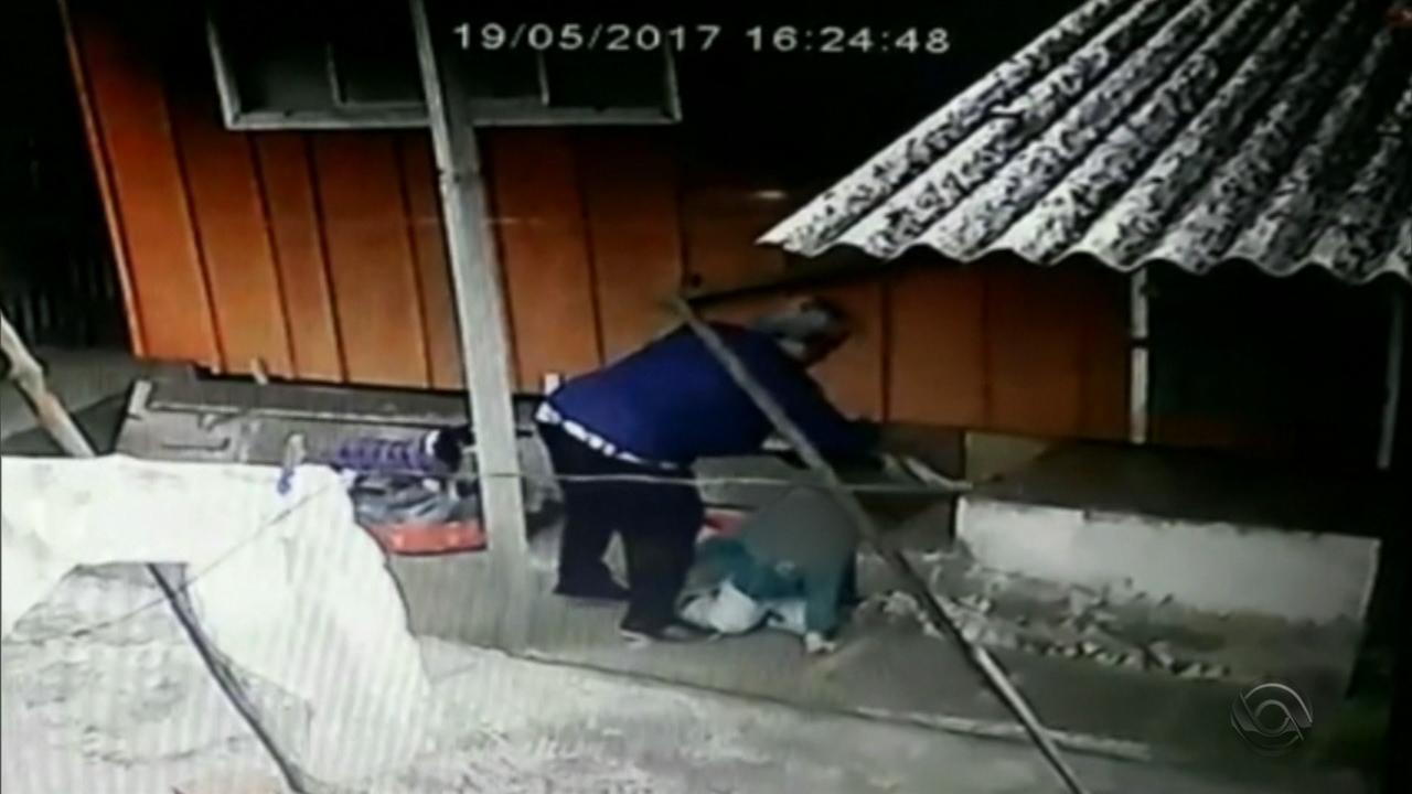 Resultado de imagem para Vizinhos gravam vídeo de idosa agredindo neto de dois anos em Cachoeirinha