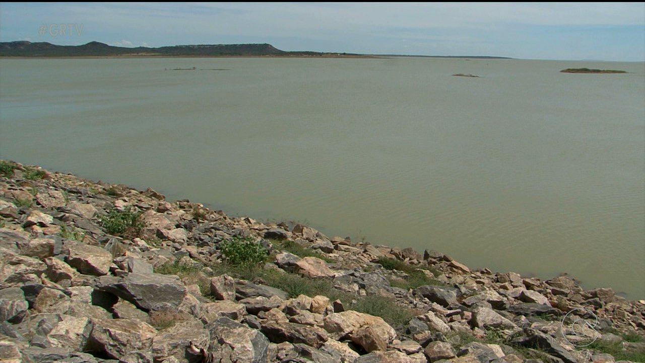 Resultado de imagem para O maior reservatório do nordeste, o lago de Sobradinho, na Bahia, teve a vazão reduzida para 600 metros cúbicos de água por segundo.