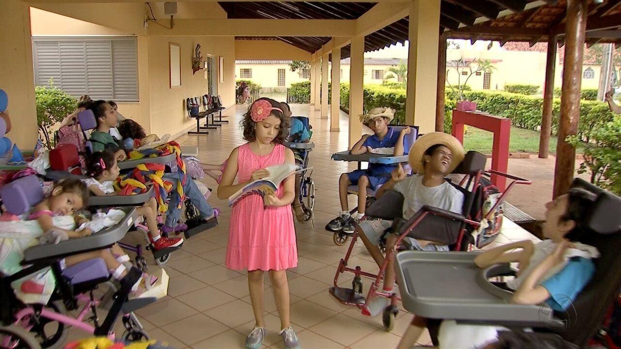 Resultado de imagem para Menina de 8 anos usa paixão pela leitura para divertir crianças com paralisia cerebral em MS