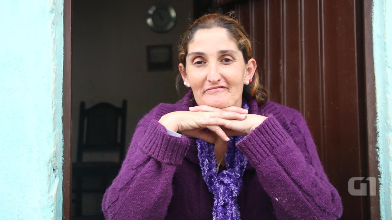 Após anos de consumo de crack, Andréia Mello Fernandes vive em casa simples com filhos e o marido