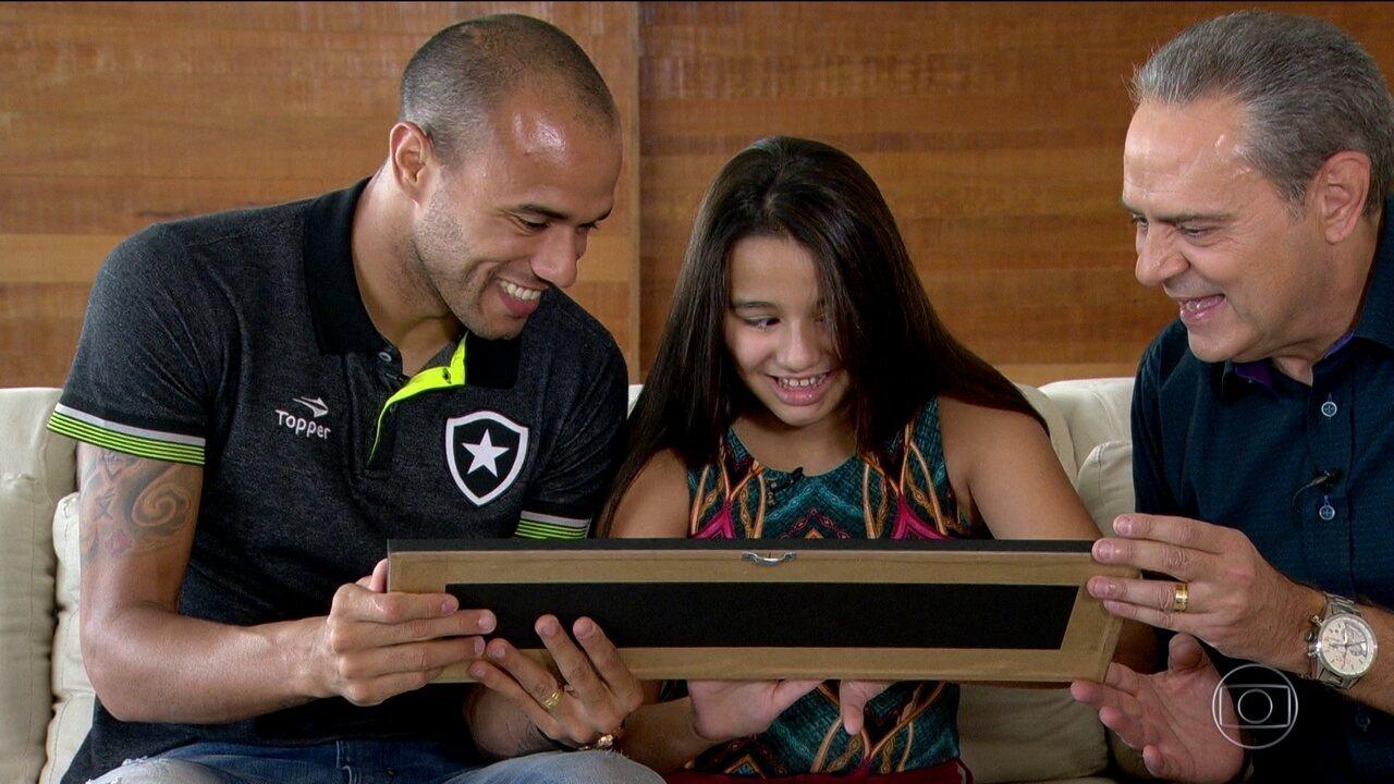 """Resultado de imagem para Deficiente visual, filha de Roger ganha surpresa e sente gol do pai: """"Eu consegui"""""""