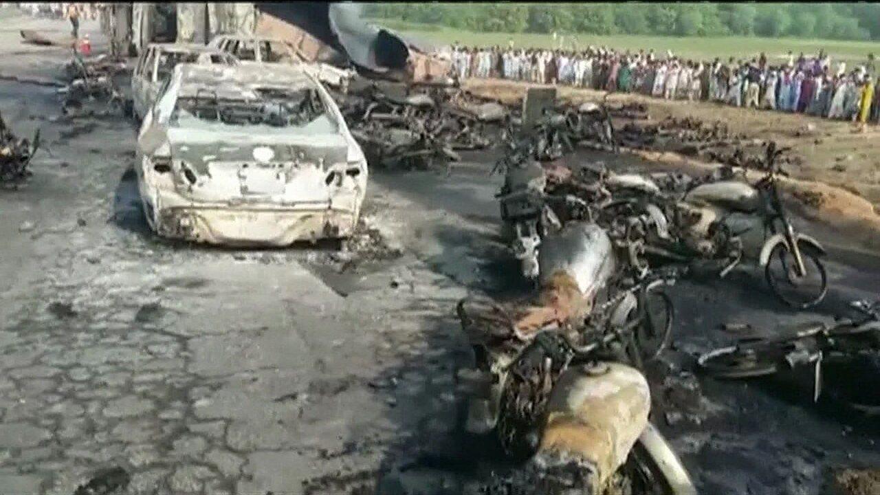 Caminhão-tanque pega fogo e deixa mais de 140 mortos no Paquistão