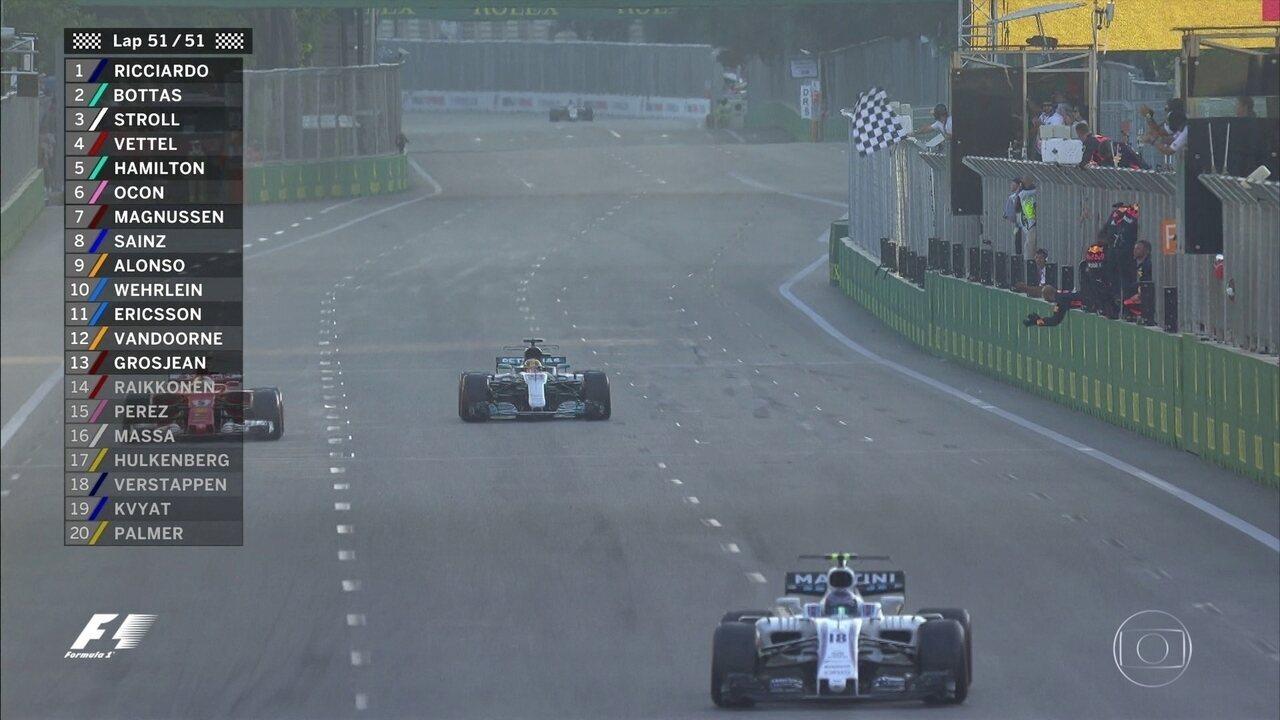 Até o fim! Ricciardo vence, mas Bottas rouba a cena ultrapassando na linha de chegada