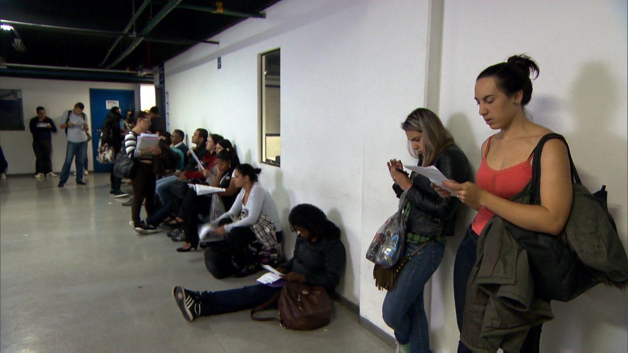Jovens recém-formados buscam alternativas para fugir do desemprego