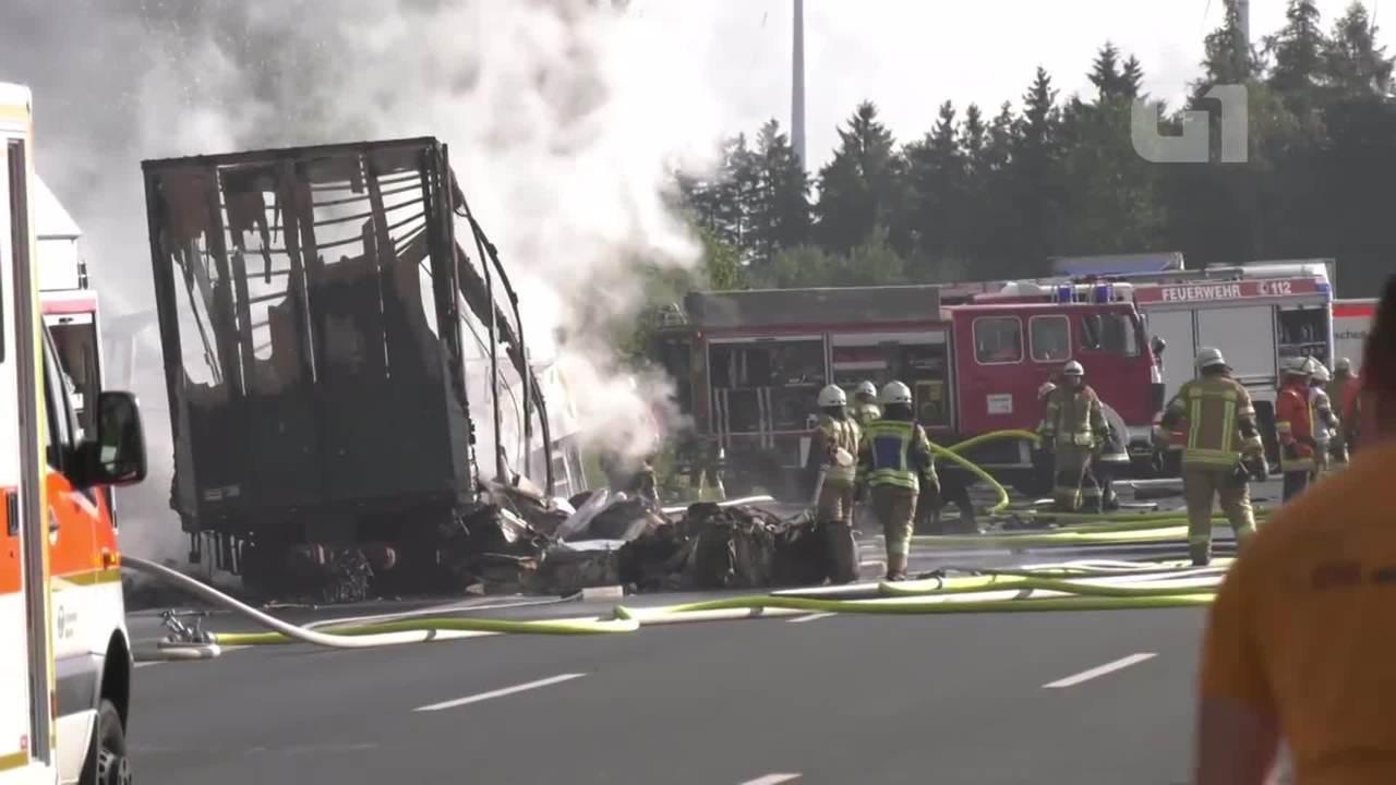 Autocarro colide com camião e incendeia-se, há