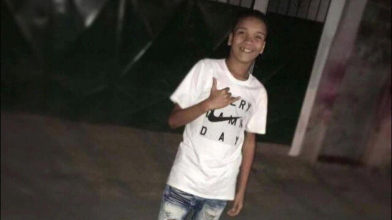 Menino é baleado e morre depois de confronto no Complexo da Maré -  GloboNews - Estúdio i - Catálogo de Vídeos cc361f474324a