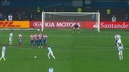 <p>  Messi coloca sobre a barreira, tira de Villar, mas manda à esquerda da meta paraguaia.</p>