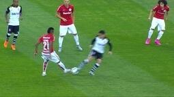 <p>  Fagner deixa o pé em dividida com Vitinho, e o árbitro marca falta para o Inter. Jogadores do Corinthians reclamam do lance.</p>