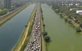 Moradores de São Paulo enfrentam trânsito caótico e poluição do ar