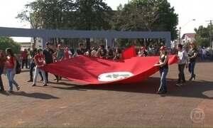 Manifestantes fazem protesto contra morte de dois sem-terra no Paraná