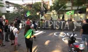 Manifestantes fazem protesto em frente à casa de Michel Temer