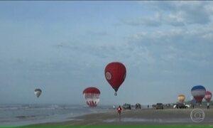 Três balões caem no mar durante festival de balonismo de Torres, no litoral do RS