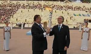Grécia entrega chama olímpica para o Brasil durante cerimônia