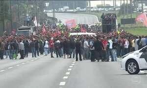 Milhares de pessoas fazem fila em busca de emprego