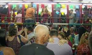 Forró arrasta multidão nas ruas de pedra do Recife Antigo