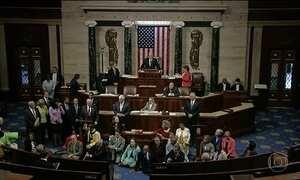 Democratas protestam por leis mais rigorosas para controlar venda de armas nos EUA