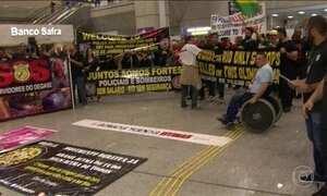 Policiais civis, militares e bombeiros protestam contra atraso nos salários