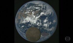 Câmera da Nasa flagra a passagem da Lua pelo lado iluminado da Terra