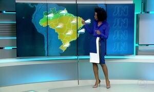 Tempo deve ficar seco e firme na maior parte do país neste domingo (24)