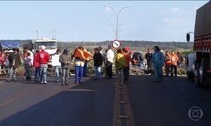 Trabalhadores rurais bloqueiam estradas federais em MS