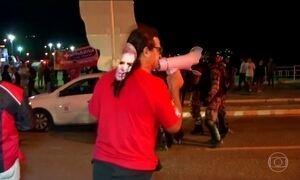 Protesto interrompe passagem da tocha olímpica por Angra dos Reis