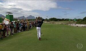 Inglês faz a jogada mais celebrada do golfe