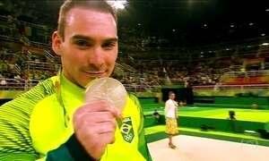 Arthur Zanetti garante a medalha de prata pro Brasil nas argolas