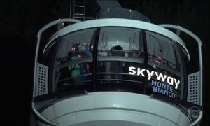 Trinta e três turistas passam a noite presos em teleférico nos Alpes